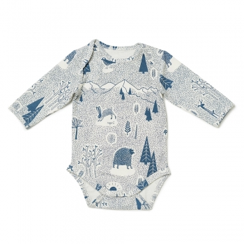 Langarm Babybody FOREST FUN mit All-Over Winterwald-Print in himmelblau von nyani